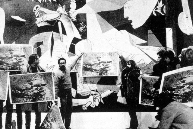 02-art-workers-coalition_protest-in-front-of-picasso-s-guernica_moma-ny_1970-e1479816380742